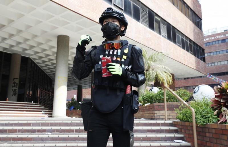 港理工大學遭到香港警方包圍已5天,留在校園內的勇武派在受訪時表示,勇武是一份責任,等確定合理非派全數離開,他才會考慮離開。圖為勇武派示意圖。(歐新社)