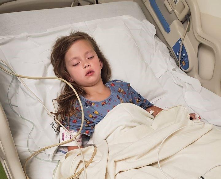 美國5歲女童刷牙時坐在床上蹦蹦跳跳,不小心從床上跌下來,口腔竟然被牙刷戳出一個大洞。(圖取自Mitchell Gravenmier臉書)