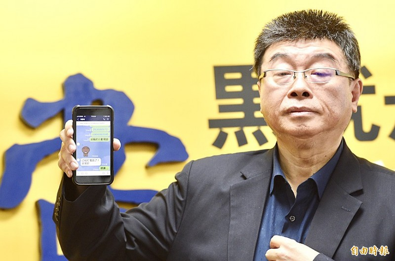 Former Chinese Nationalist Party (KMT) legislator Chiu Yi yesterday shows a smartphone displaying friendly messages between him and the party's presidential candidate, Kaohsiung Mayor Han Kuo-yu, to reporters at a news conference in Taipei. Photo: Peter Lo, Taipei Times