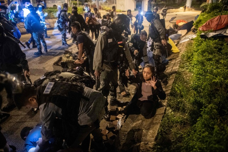 香港理大抗爭拘捕多人,昨一日提審242人。圖為警方在19日在理大附近逮捕民眾。(法新社)