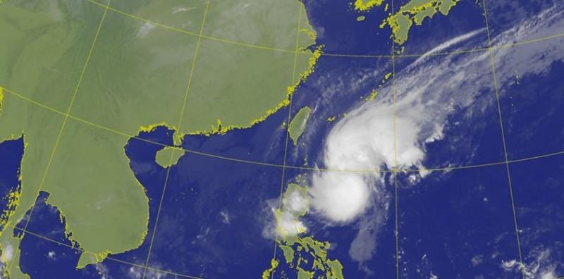 鳳凰颱風中心位置目前位於菲律賓海上,朝台灣東南方海面移動。(圖取自中央氣象局)