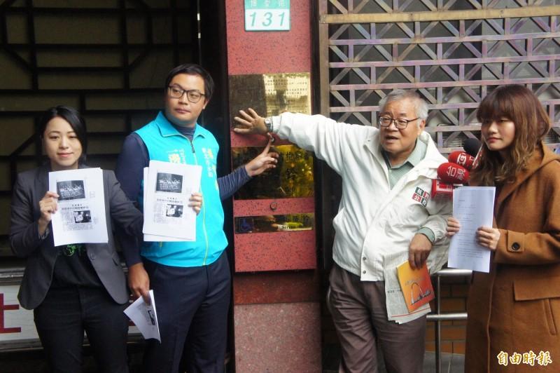 代表一邊一國行動黨提出告發的楊智淵(左二)、代表綠黨提出告發的張竹芩(左一)等人,昨向北檢告發郭冠英涉嫌外患罪及國家安全法。(記者錢利忠攝)