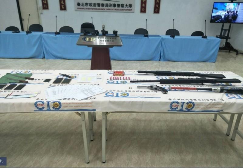 警方查獲槍械等贓證物。(記者劉慶侯翻攝)