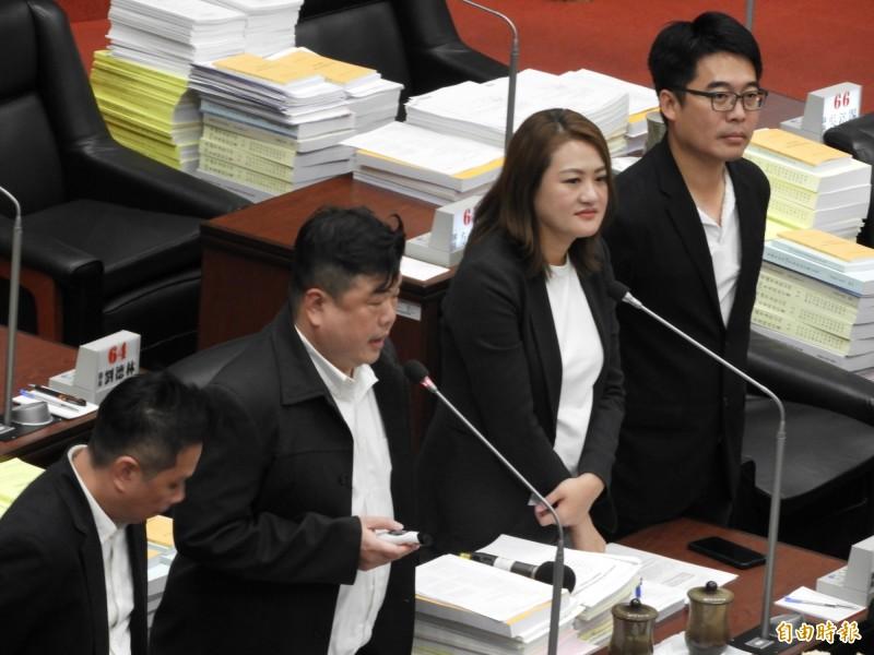 罷韓與挺韓大遊行同一天,議員簡煥宗(左二)批評是製造社會對立。(記者葛祐豪攝)