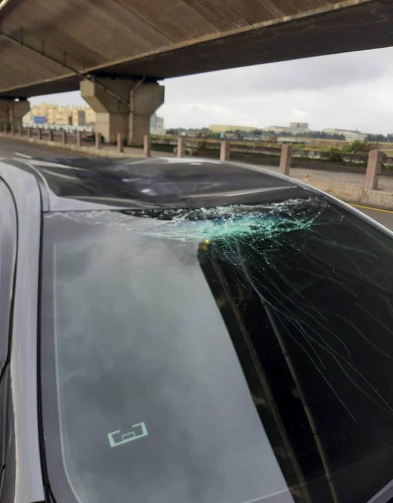 黃色土狗遭撞噴飛10餘公尺西濱高架橋下,竟又撞轎車頂當場死亡,轎車擋風玻璃碎裂。(翻攝臉書我愛鹿港小鎮)