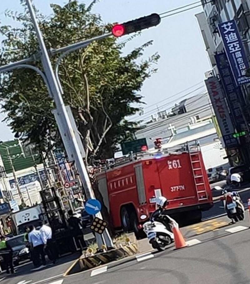 彰化縣消防局第一大隊1輛消防車出勤救災,行經和美鎮和港路時突然失控衝向中央分隔島,當場動彈不得。(翻攝臉書彰化踢爆網)