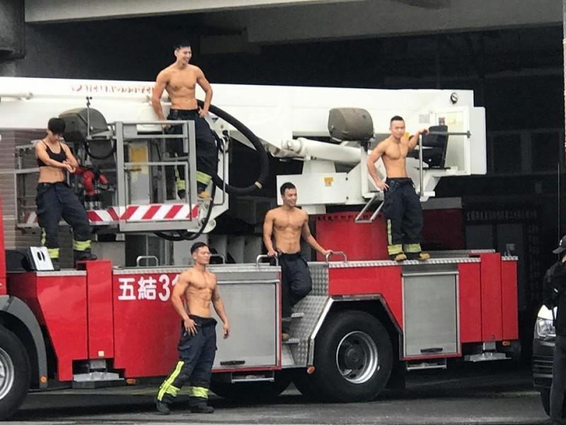 宜蘭縣消防員拍攝「消防猛男」月曆,展現強健體格,宛如消防版的「肌肉戰士」。(圖由讀者提供)