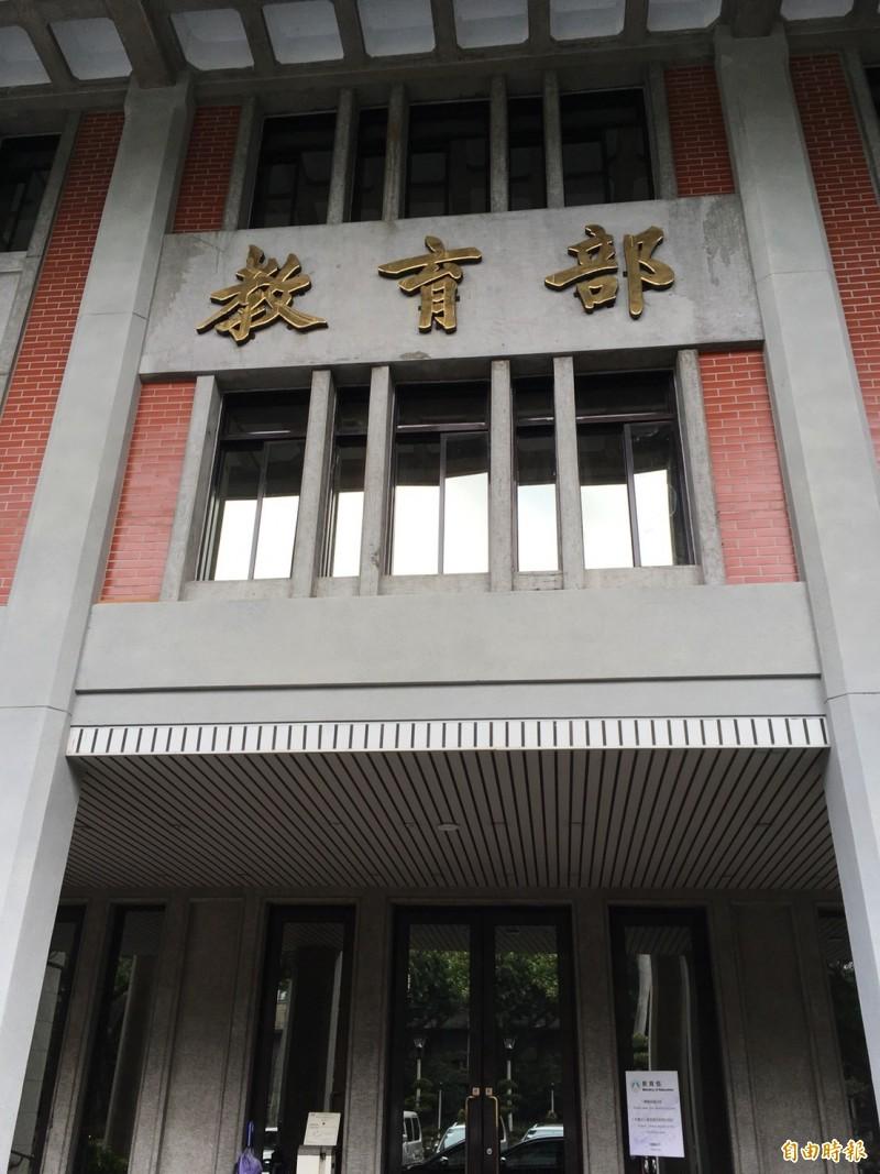 教育部今日與目前受理港生申請來我國短期交換人數最多的國立台灣大學開會討論,確認目前台大在安排宿舍床位及提供優質教學方面均屬無虞。(記者林曉雲攝)