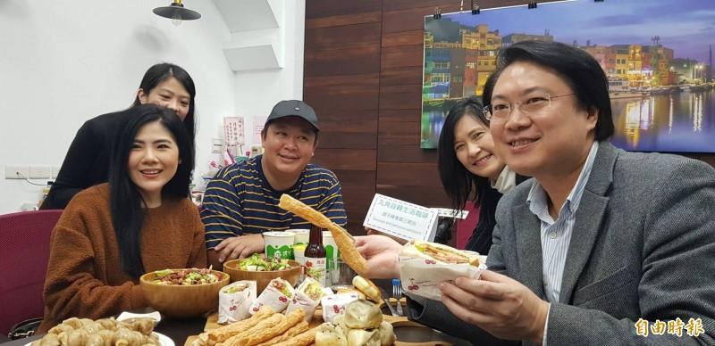 基隆市政府邀請泰國網紅Ibreak2travel(圖左一、左三)於21日至24日到基隆體驗在地美食與歷史人文風情,基隆市長林右昌(右一)特地介紹他喜愛的基隆美食之一與泰國網紅分享。(記者俞肇福攝)