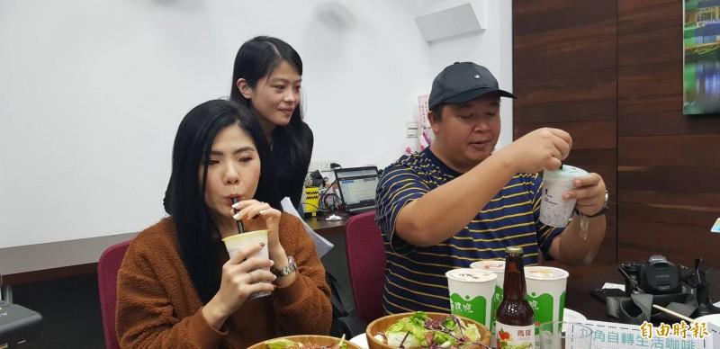 泰國網紅Ibreak2travel(圖左一、右一)於21日至24日到基隆體驗在地美食與歷史人文風情,圖為兩人吃起紫米、紅豆與基隆山藥組合的特調飲品,2位網紅喝得讚不絕口滋滋作響。(記者俞肇福攝)