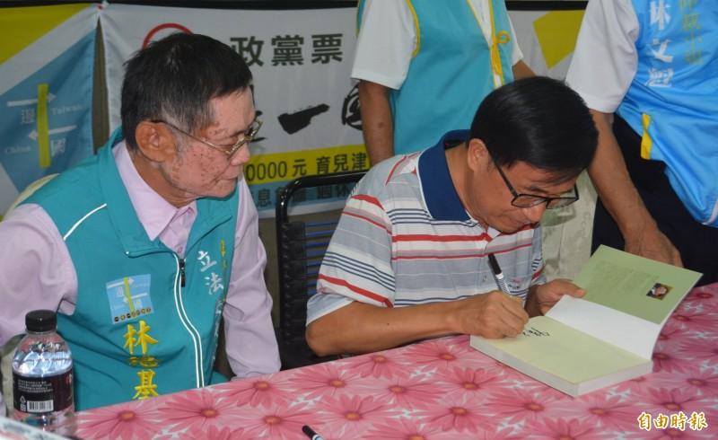 陳水扁前總統(右)今天出席台中第7選區立委參選人林培基(左)競選總部成立,並舉行簽書會。(記者陳建志攝)