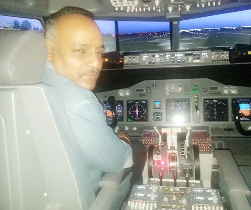 一位印度德里的48歲男子馬布巴尼,在一年內靠著穿著機師制服和假識別證,成功免費搭機15次,直到本月18日,馬布巴尼登機被空服員查出證件造假,才因而失風遭逮。(圖擷取自Facebook「Rajan Mahbubani」)