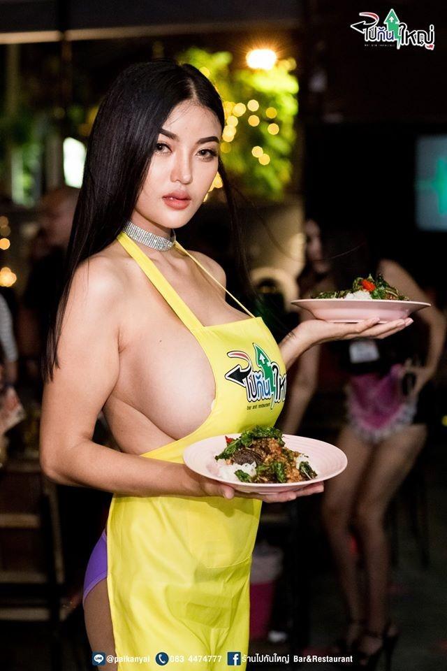 曼谷餐廳服務生因穿著暴露遭警方開罰。(圖片取自「ร้านไปกันใหญ่ Bar&Restaurant」臉書)