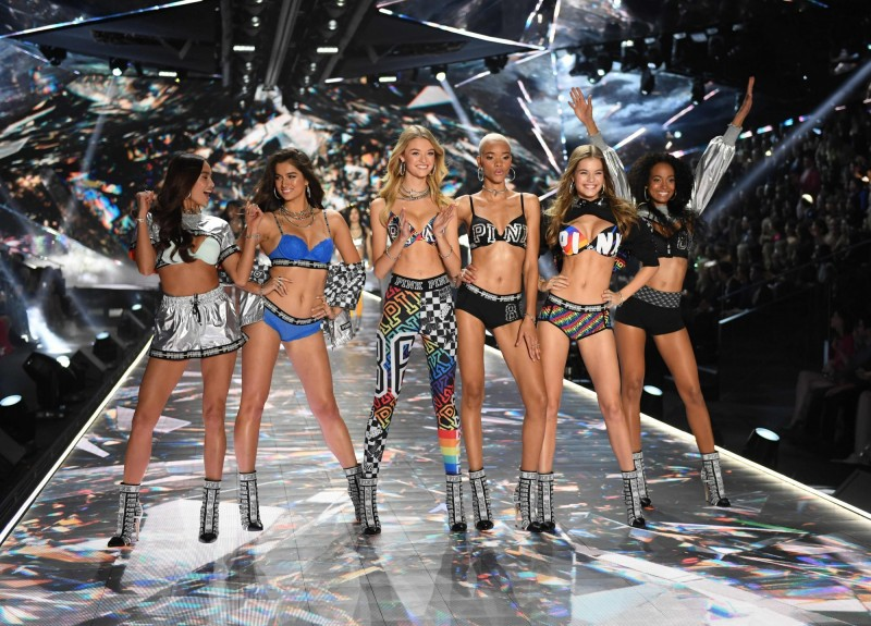 美國最大內衣品牌維多利亞的秘密,每年都會舉辦盛大的時尚秀,如今卻傳出2019維多秀確定取消,未來很可能也不會舉辦。圖為2018年在美國紐約舉行的維多秀。(法新社)