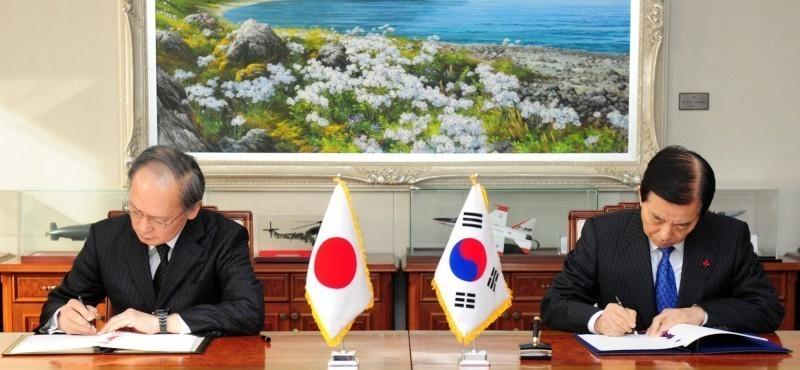 南韓終於決定「日韓軍事情報保護協定」(GSOMIA)繼續有效,但也說隨時可終止。圖為2016年日韓簽訂協議。(路透資料照)