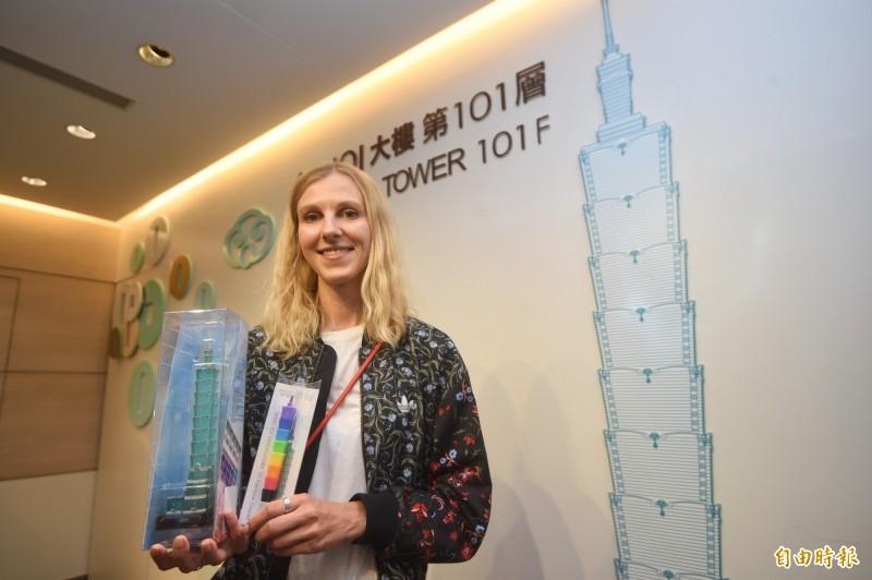 俄羅斯插畫家卡佳受邀訪台,9月21日前往台北101參訪。(記者方賓照攝)