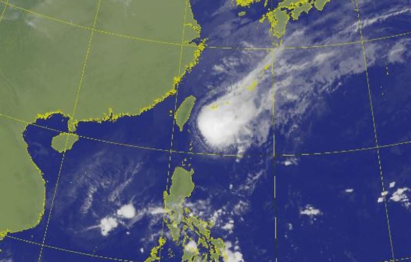 氣象局指出,受到鳳凰颱風外圍環流影響,桃園以北地區及東半部有雨,尤其東北部、基隆北海岸地區降雨明顯。(圖擷取自中央氣象局)