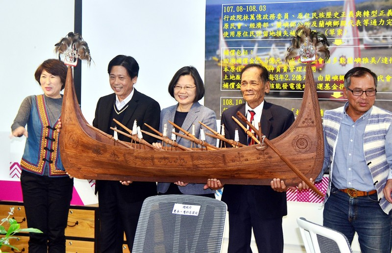 President Tsai Ing-wen, center, and Lanyu Township Mayor Chiaman Chialamu, second left, help hold up a model of a traditional Tao tatala boat at a news conference in Taitung County yesterday.  Photo: CNA