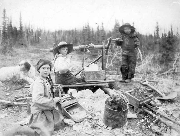 華盛頓大學圖書館藏一張1898年古老照片,攝影師拍下3個青少年在加拿大西北部育空地區小鎮淘金,是19世紀北美淘金熱時期的經典照片之一。(擷取自華盛頓大學圖書館網站)