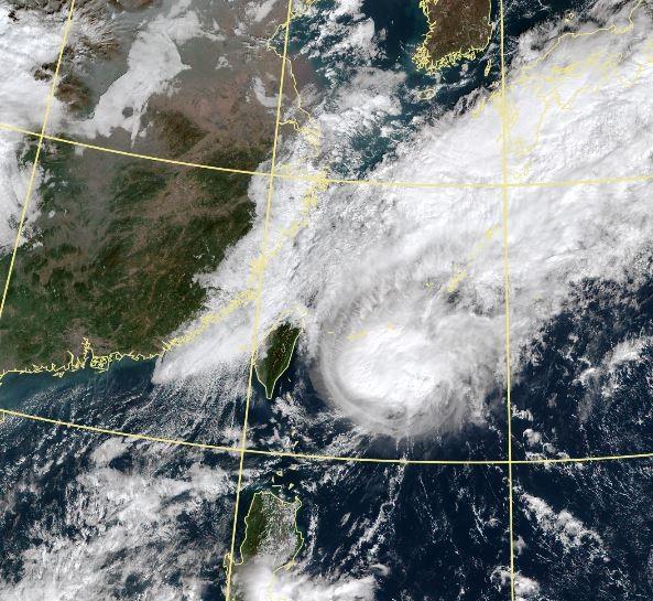 鳳凰颱風過門不入,對台灣陸地僅帶來些微影響。(擷取自中央氣象局)