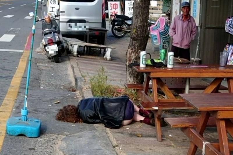 外國女疑醉倒墾丁公路旁。(記者蔡宗憲攝)