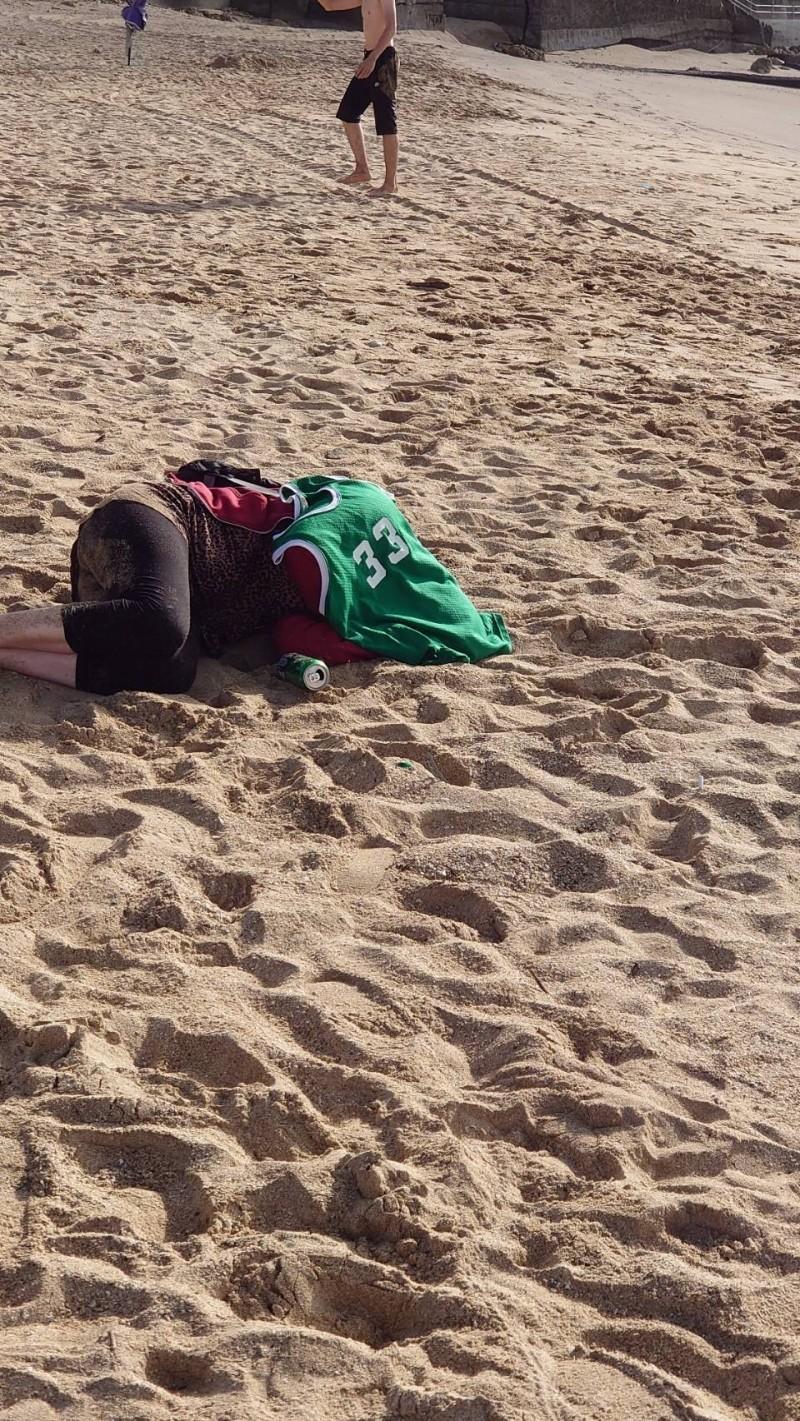 外國女疑醉倒墾丁公路及沙灘旁。(記者蔡宗憲攝)