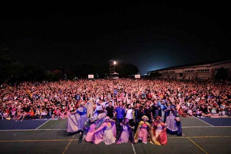 立委洪慈庸邀紙風車劇團到潭子頭家國小演出,吸引逾5000人到場觀賞。(洪慈庸辦公室提供)