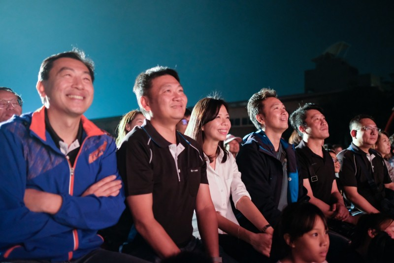 立委洪慈庸與民眾一起觀賞紙風車劇團在潭子頭家國小的演出。(洪慈庸辦公室提供)