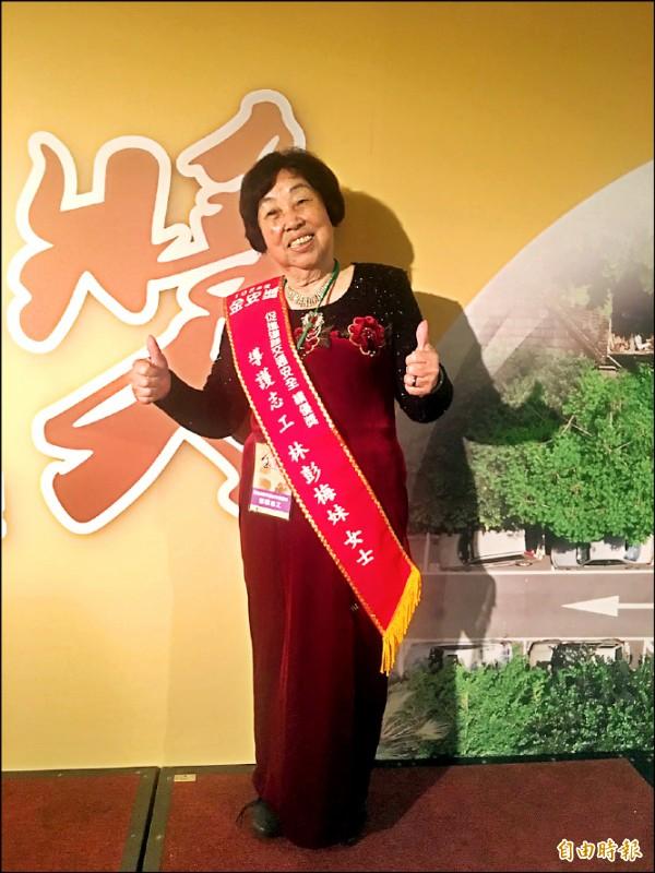 林彭梅妹投身導護志工已經27年,現年81歲的她服務熱情仍相當高昂。(記者楊綿傑攝)