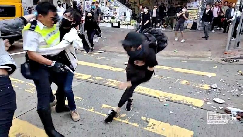 21歲的周柏均(中)11日在香港西灣河被交通警察,以實彈射擊致傷,經手術切除右邊腎臟及部分肝臟並且住院9天後,於今日出院。(路透)