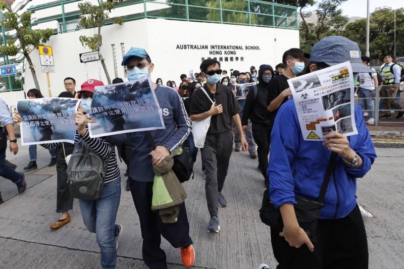 香港家長發起「保護小朋友」遊行,呼籲港警停止使用催淚彈等化學武器。(歐新社)