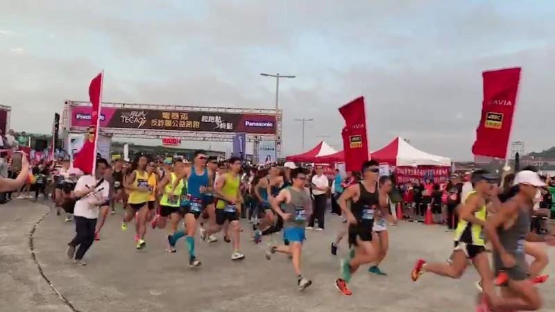 台北市電器公會舉辦的反詐騙公益路跑活動由於獎品豐富,堪稱「CP值史上最高的路跑」,吸引8千人共襄盛舉。(記者姚岳宏翻攝)