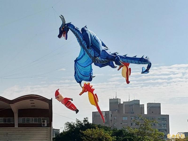 翼手龍的風箏飛上天,成為天空最亮眼。(記者劉曉欣攝)
