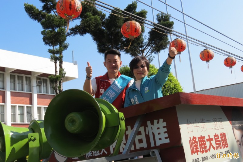 立委劉世芳(右)陪候選人陳柏惟掃街。(記者蘇金鳳攝)