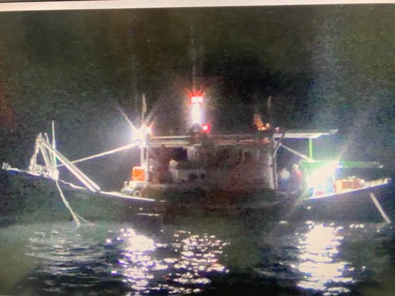蘇澳海巡隊將違規在漁港採捕的漁船,依違反漁港法送交宜蘭縣政府裁處。(記者張議晨翻攝)