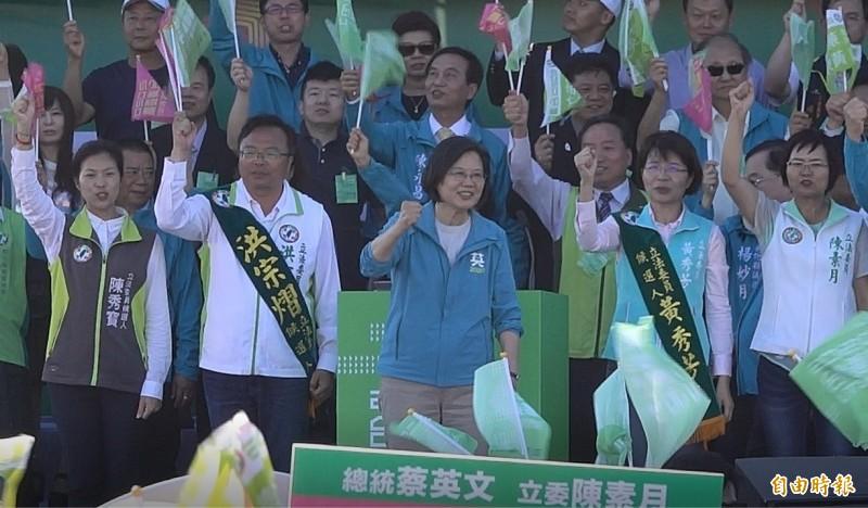 總統蔡英文(中)強調,長照、育兒雙加碼,這是因為台灣經濟穩定持續往上走。(記者劉曉欣攝)