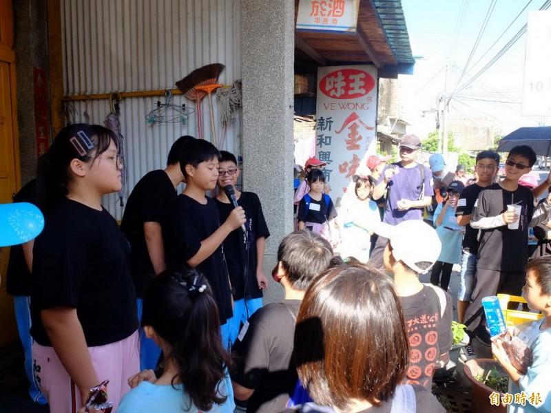 同學們走讀媽祖宮商店街,認識當地有趣的故事。(記者蔡文居攝)