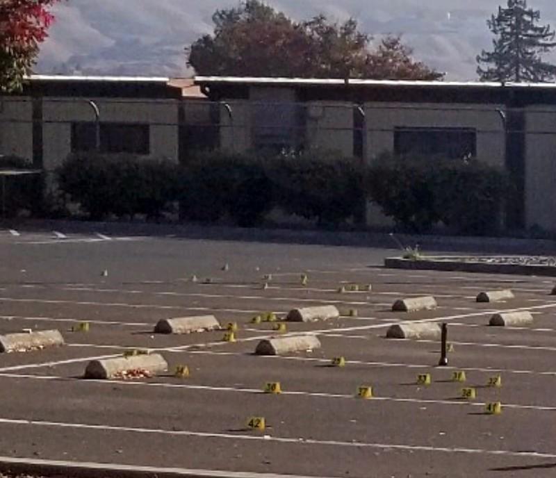 美國加州一間小學的校外停車場,有2名分別為11歲和14歲的男童被槍殺身亡。(美聯社)