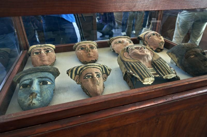 一同展出的還有面具等文物。(美聯社)