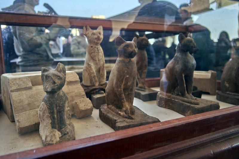 埃及去年挖掘出木乃伊貓咪、鱷魚、眼鏡蛇和鳥類,其中可能有罕見的獅子木乃伊,另外還有面具、雕像等文物,昨(23日)於薩卡拉(Saqqara)大型墓地附近的展覽會上一一展出。圖為貓咪雕像。(美聯社)