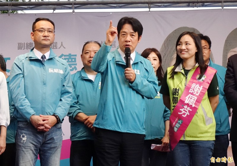 副總統參選人賴清德(中)24日為台北市立委參選人謝佩芬(右)站台,針對中國方面指控向澳洲投誠的共諜王立強是詐欺逃犯,賴清德說,這是中國體制內單位釋放出來的消息,一面之詞未必可信。(記者方賓照攝)