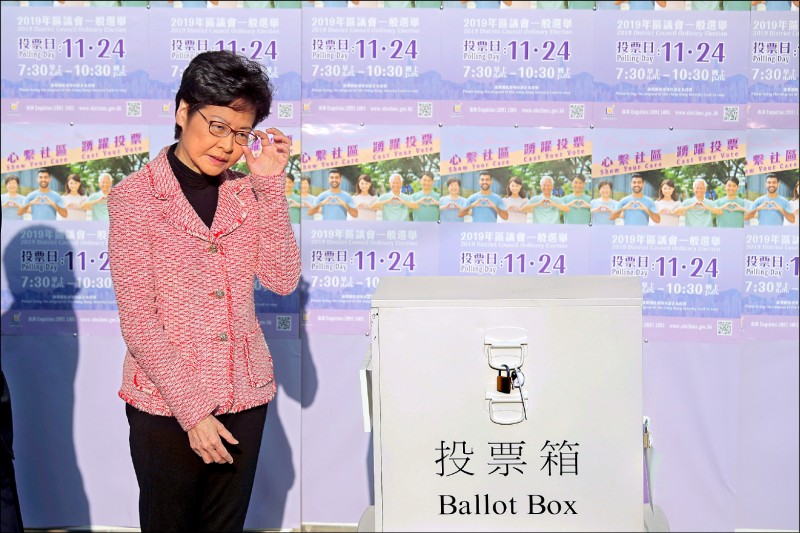 香港特首林鄭月娥二十四日前往港島「半山東」選區設在天主教中學「高主教書院」的投票所,投給她支持的區議員候選人,並呼籲選民踴躍投票。(美聯社)
