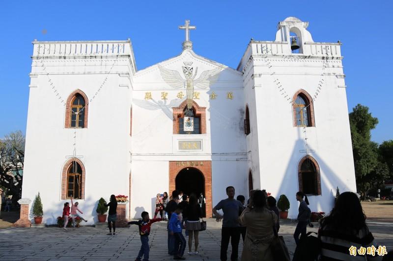 萬金聖母聖殿今年將持續以寧靜溫馨的宗教儀式迎接耶誕節。(記者邱芷柔攝)