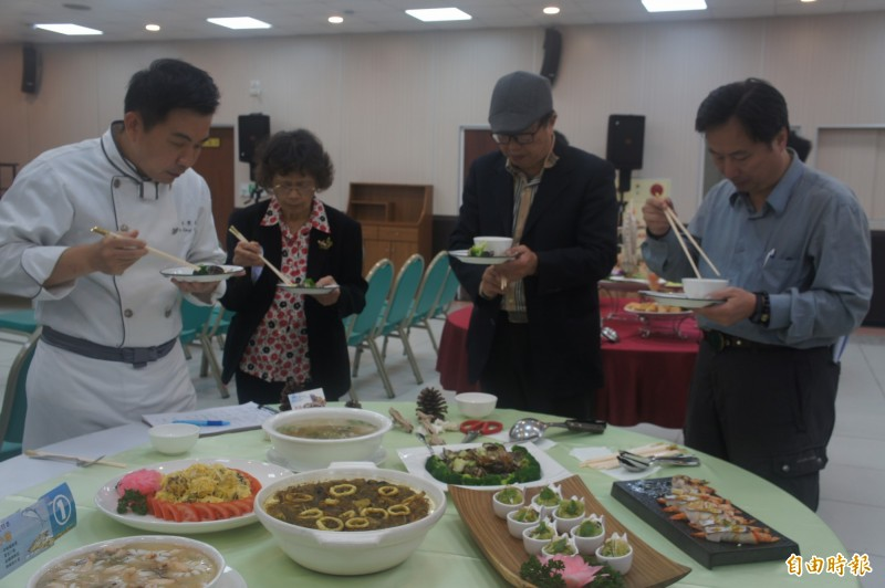 澎湖土魠魚宴競賽,由專業評審進行試吃。(記者劉禹慶攝)