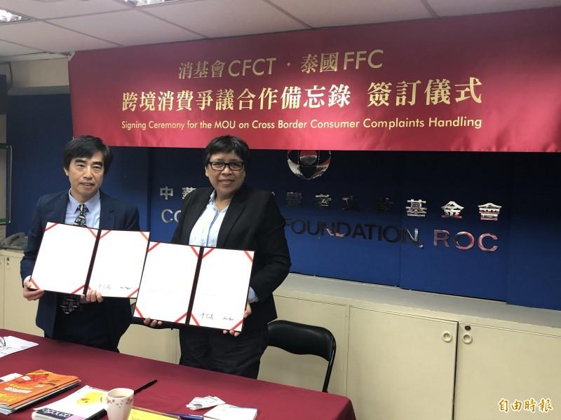 消基會副董事長陳智義(左)與泰國FFC秘書長Saree Aongsomwang(右)簽訂「跨境消費爭議合作備忘錄」。(記者羅綺攝)