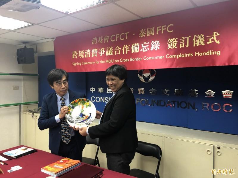 消基會贈與泰國FFC台灣藍鵲瓷盤,讓泰方驚喜萬分。(記者羅綺攝)