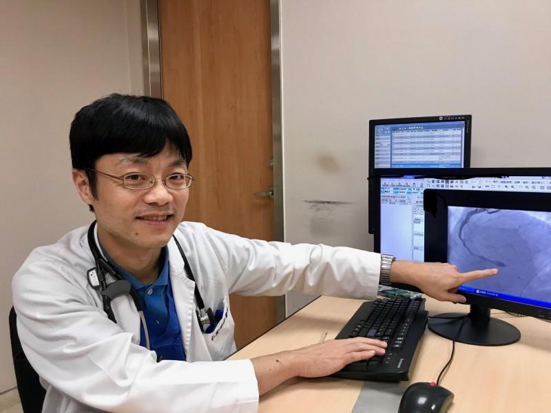 大里仁愛醫院施昇宏醫師表示,一名52歲男子因心肌梗塞就醫,因到院前持續CPR急救,並以AED電擊,再由醫師接手打通血管,幸運救回一命。(記者陳建志翻攝)