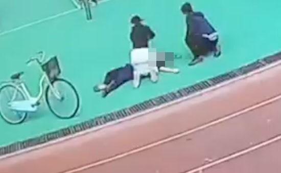 中部某高職學生跑步時突倒下,校護騎腳踏車3分鐘內趕到,施予CPR急救。(翻攝畫面)