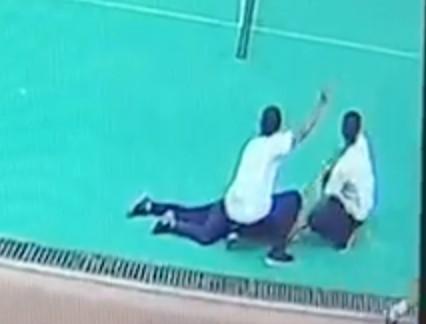 鄭姓學生突然倒下,同學不到10 秒就衝到旁邊呼喊老師。(翻攝畫面)