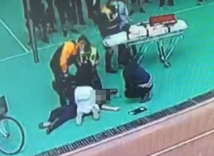 救護員到場後,校護仍不斷施予CPR急救。(翻攝畫面)